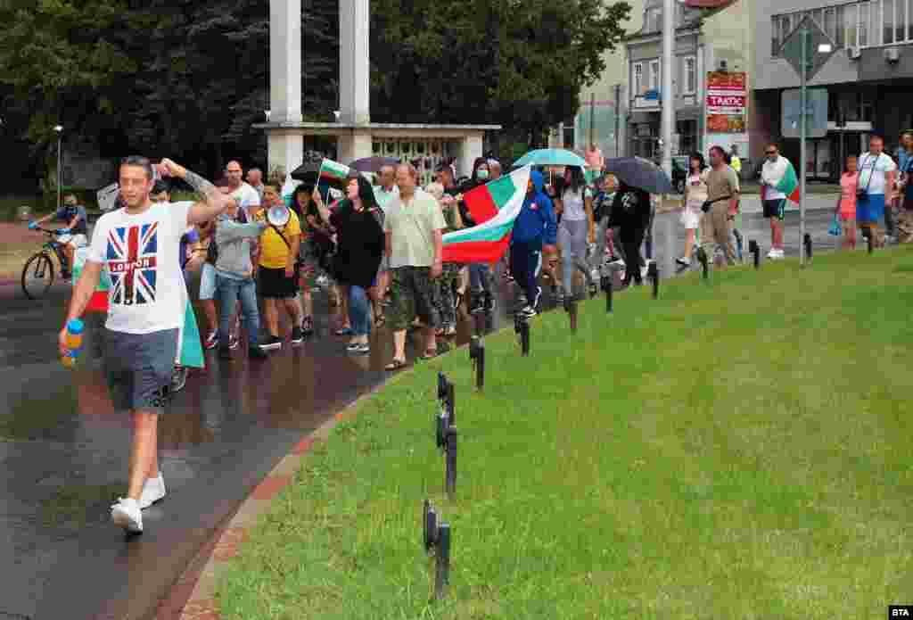 Протест се проведе и в Шумен. Той беше четвърти поред. Недоволните се събраха пред Областна администрация и тръгнаха на шествие.