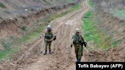آرشیف، نیروهای آذربایجان در حال پاک کاری ماینها در مرز میان ارمنستان و آذربایجان در منطقه کلباجار