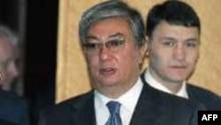 Алдыңғы жақта тұрған - Парламент Сенатының төрағасы Қасым-Жомрт Тоқаев.