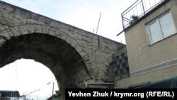 Частный дом примыкает к акведуку