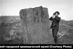 Ludwig Wonago szemrevételezi a tájat Krasznojarszkban 1908. július 30-án.
