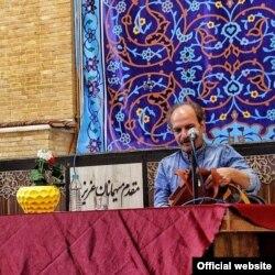 محمود نیکبخت در نشستی ادبی در اصفهان