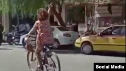 تصویری از ویدئوی زن دوچرخهسوار که روز دوشنبه در شبکههای اجتماعی منتشر شد.