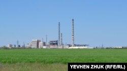 От деревни Бистрича до Крымского содового завода по прямой около трех километров