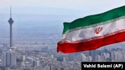 بیرق جمهوری اسلامی ایران همراه با نمای تهران