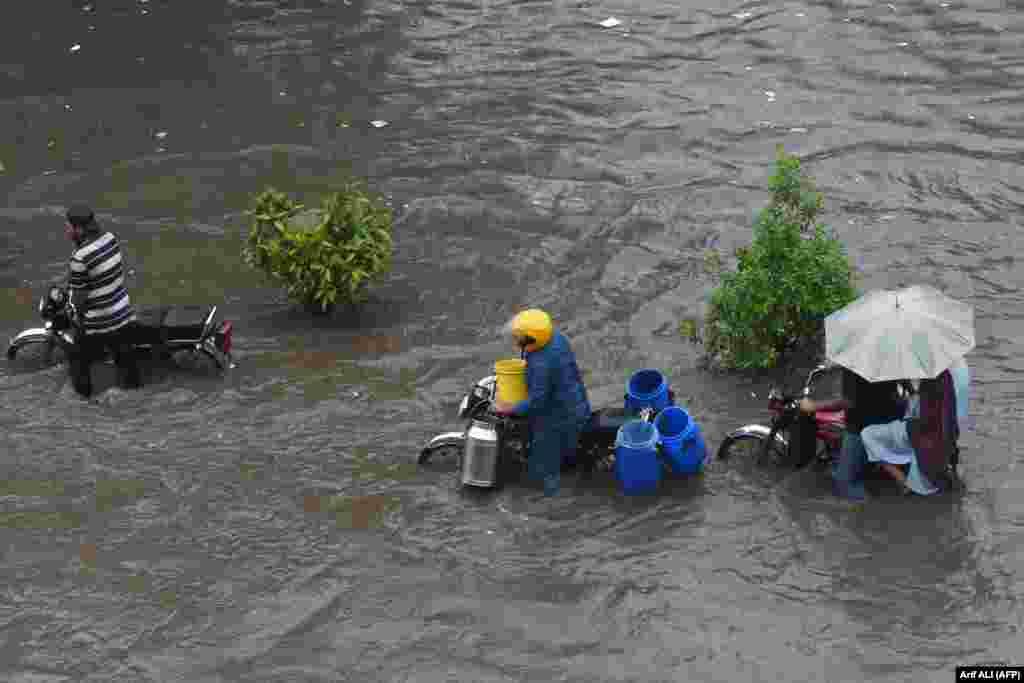 Rrugët e vërshuara të Lahore të Pakistanit më 10 shtator.