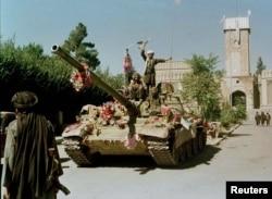 جشن تسلط طالبان بر کابل در ۲۷ سپتامبر ۱۹۹۶/ آنها در همین روز دکتر نجیب و برادرش را از نمایندگی سازمان ملل ربودند و در ملأ عام به دار آویختند
