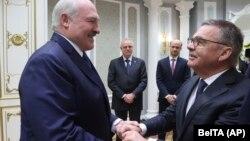Александър Лукашенко (вляво) и президентът на Международната федерация по хокей на лед Рене Фазел по време на среща в Минск на 11 януари 2021 г.