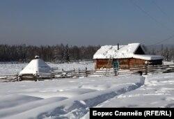 Юрта (слева) и изба в одной из эвенкийских деревень Качугского района