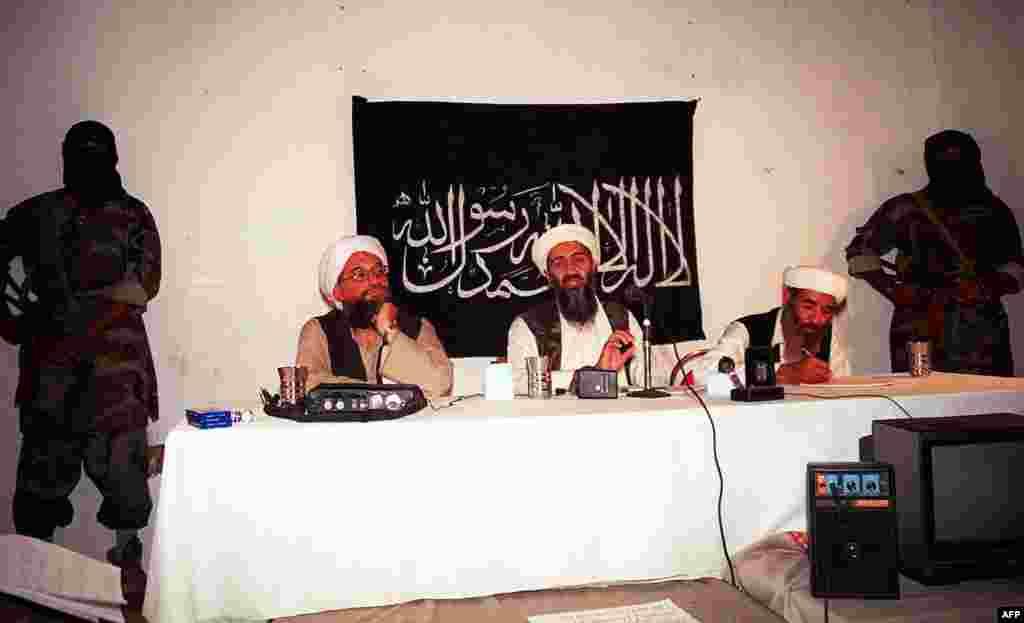 Примерно в конце советско-афганской войны бин Ладен (на фото в центре, 1998 год) сформировал то, что стало известно как «Аль-Каида». Затем лидер террористов объявил войну «евреям и крестоносцам» и провозгласил, что убийство жителей Запада – «личный долг каждого мусульманина»