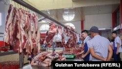Продавцы мяса на одном из рынков Бишкека. Иллюстративное фото.