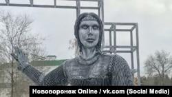 Скульптура Алёнки в Нововоронеже