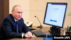Владимир Путин «голосует удаленно» из резиденции в Ново-Огареве, 17 сентября 2021 года