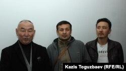 Активист Канат Джакупов (крайний справа) с другими сторонниками майора МВД в отставке Болатхана Жунусова на судебном заседании в Талдыкоргане по делу Жунусова, обвиняемого в участии в запрещенной организации ДВК. Талдыкорган, 21 октября 2019 года.
