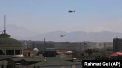 Elicoptere militare americane survolează capitala afgană Kabul, 19 aprilie, 2021