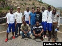 Казахстанка Айнагуль Гохел, работающая в нефтяной компании в Гане, с коллегами и мужем.