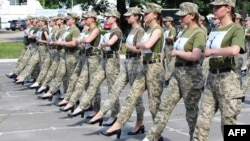 Fotografija ukrajinskog Ministarstva odbrane koja prikazuje ukrajinske vojnikinje s visokim potpeticama na probi vojne parade u Kijevu.