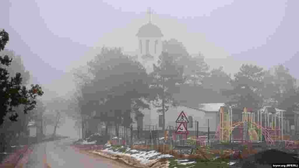 Дощ розмив обриси сільської православної церкви Петра і Павла