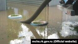 Затопленные дворы в Крыму, 17 июня 2021 года
