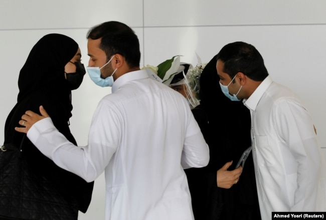 با فرو نشستن نخستین پرواز مسافری دوحه در ریاض در روز دوشنبه ۱۱ ژانویه، شهروندان سعودی به استقبال بستگگان خود آمدند