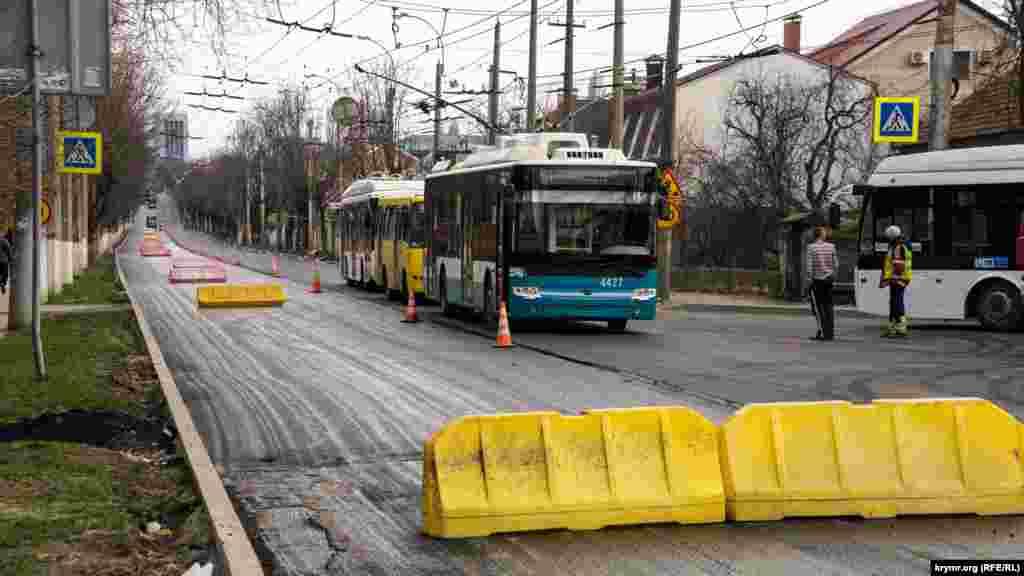 Ограничения на проспекте Вернадского для автотранспорта ввели с 7 апреля. Реверсное движение по одной полосе было открыто лишь для маршрутных автобусов и троллейбусов. Все ограничения досрочно сняли 13 апреля