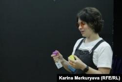 """Хозяйка магазина """"Гиена Гигиена"""" Анна Гулина рассказывает о менструальных чашах. Фото: Карина Меркурьева"""