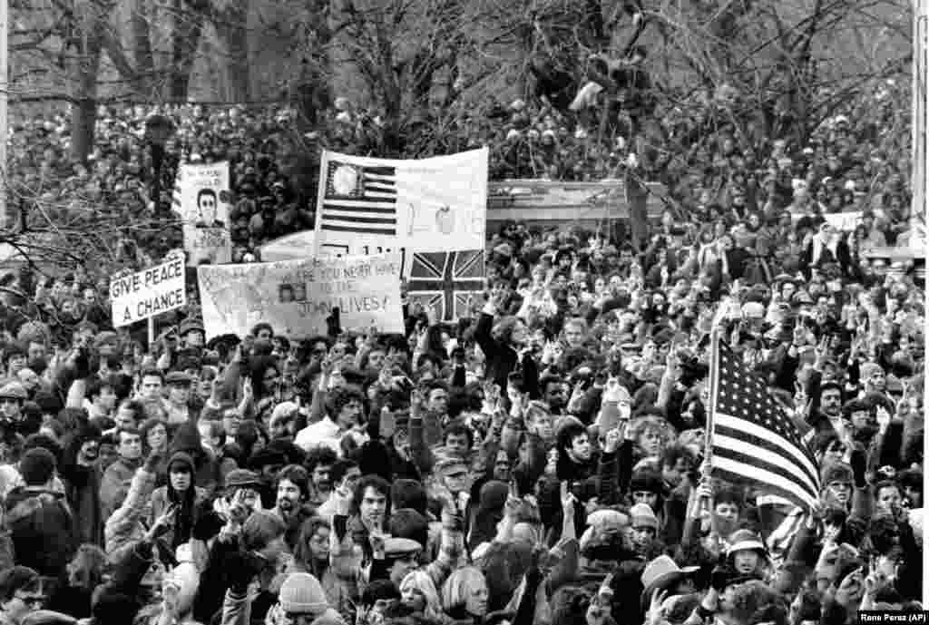Великий натовпзбираєтьсявЦентральномупарку,щобвіддатиданинупам'ятівбитому музикантуДжонуЛеннону. Нью-Йорк, 14грудня1980року