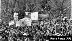 Hatalmas tömeg gyűlt össze a Central Parkban, hogy végső búcsút vegyen John Lennontól. 1980. december 14.