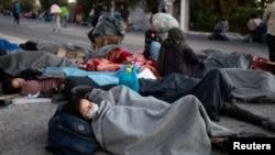 Spavanje pod vedrim nebom posle požara, Morija, Lezbos, 10. septembar