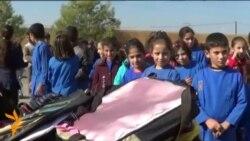 На півночі Іраку у місті Квамішлі, волонтери роздають тисячі шкільних рюкзаків