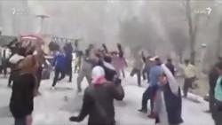 """Tehrana yağan güclü qarı """"Olmaz, olmaz"""" mahnısıyla qarşıladılar"""