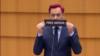 """A lengyel ellenzéki Robert Biedron a rendelkezésére álló egy percet némán állva töltötte, miközben a """"Free media"""" feliratot tartott maga elé"""