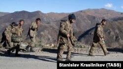 НАГОРНЫЙ КАРАБАХ - 8 ноября 2020 года: военнослужащие идут к армянской границе.