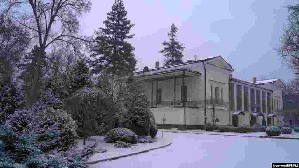 Біля заміського будинку графа Воронцова на території саду