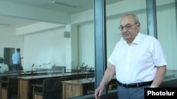 Armenia - Opposition politician Vazgen Manukian attends the opening session of his trial in Yerevan, July 20, 2021.