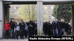 """Protestno okupljanje u Mostaru zbog """"policijske brutalnosti"""". Među okupljenima i navijači fudbalskog kluba Zrinjski, tzv. Ultrasi."""