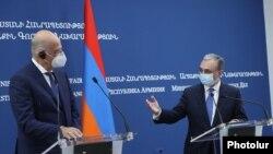 Министры иностранных дел Армении и Греции - Зограб Мнацаканян (справа) и Никос Дендиас - на совместной пресс-конференции, Ереван, 16 октября 2020 г.
