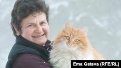 Ема Гатева с една от котките си.