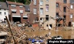 În orașul Pepinster din Belgia, oamenii evaluau sâmbătă, 17 iulie, urmările inundațiilor.