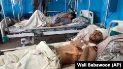 Пострадавшие от терактов в одной из больниц Кабула, 27 августа 2021 года