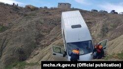 В бухте Капсель микроавтобус с пассажирами упал со склона