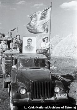 Рабочие колхоза возле Йыгевы демонстрируют портрет Сталина 1951 года.