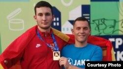 Каратистите Стефан Стојковиќ и Петар Заборски со златниот медал од Европско