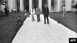 Петицията за импийчмънт на президента Никсън е подписана от 34 606 души, но това става едва две години след началото на скандала. На тази снимка от юли 1974 г. петицията и подписите под нея са разстлани пред сградата на Правната комисия на долната камара на Конгреса.