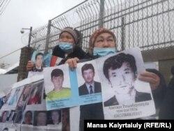 Халида Акытан протестует перед китайским консульством в Алматы. 11 марта 2021 года