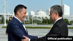 Кыргызстандын президенти Садыр Жапаров менен Түркмөнстандын башчысы Гурбангулы Бердымухамедов.