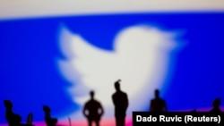 Логото на Твитер со руското знаме. Илустрација.