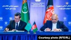 ملاقات رشید میردوف (چپ)، وزیر خارجه ترکمنستان با حنیف اتمر، وزیر خارجه افغانستان
