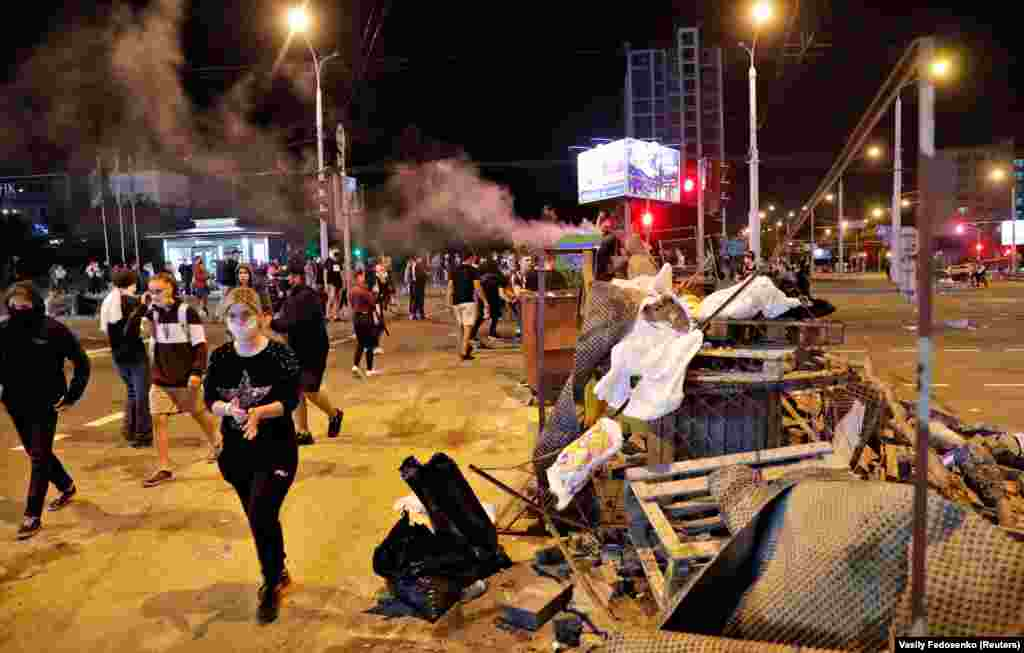 Protesters erect barricades in Minsk in the early morning hours of August 11.