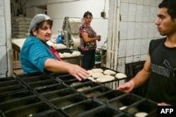 Хлебопекарня в Степанакерте, которая работая 24 часа в сутки и раздает хлеб нуждающимся